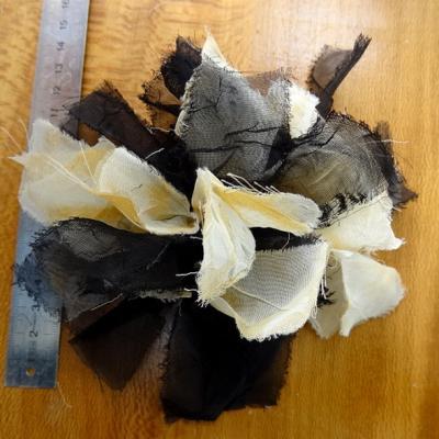 Fleur de mousseline beige et noire 3