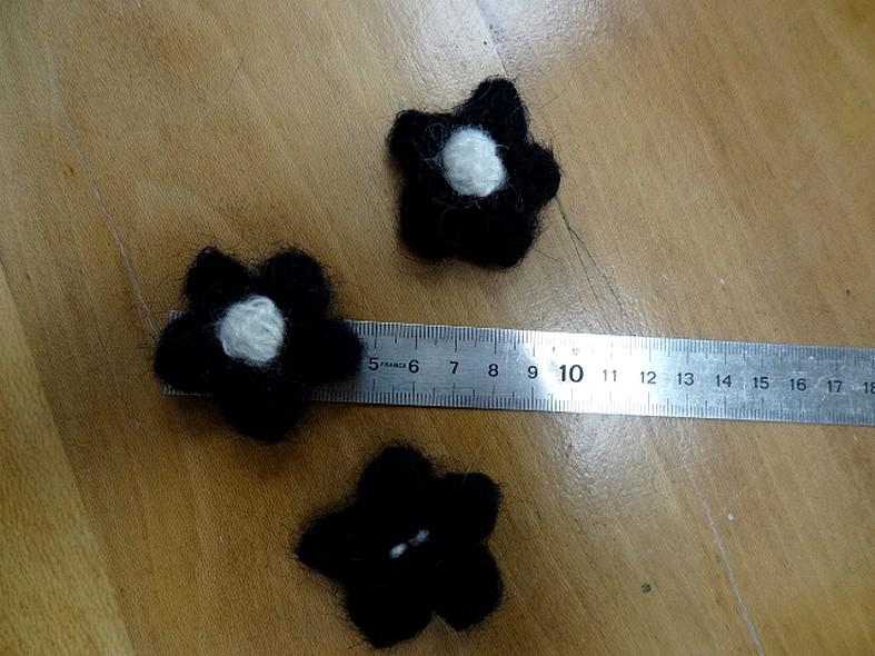 Fleurs en laine noir et blanc
