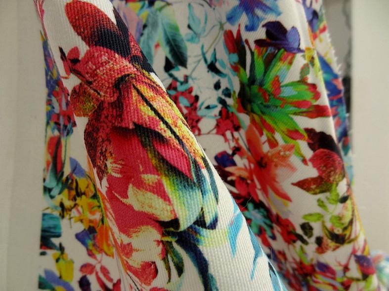 Gabardine coton lycra blanc fleuri couleurs peps 4