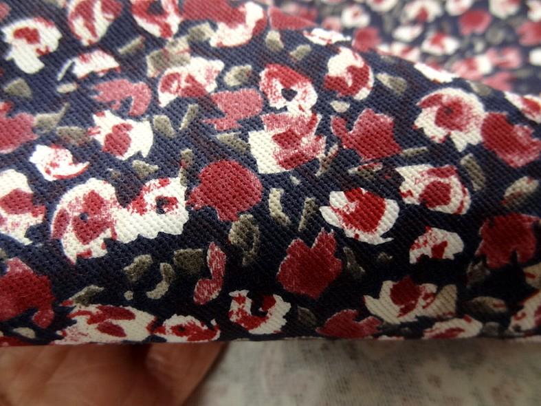 Gabardine coton lycra bleu encre et petites roses 2