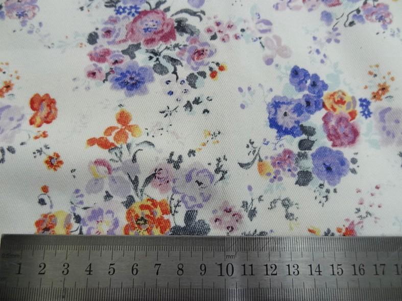 Gabardine coton lycra fond blanc roses et violet 2