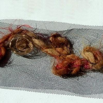 Galon aimant laine feutree et bouton de rose beige dore 3