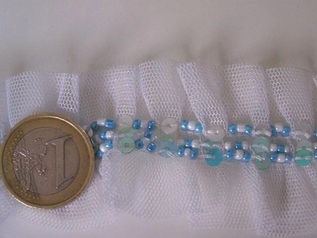 Galon ballet en resille blanche et perles de rocaille bleues 1