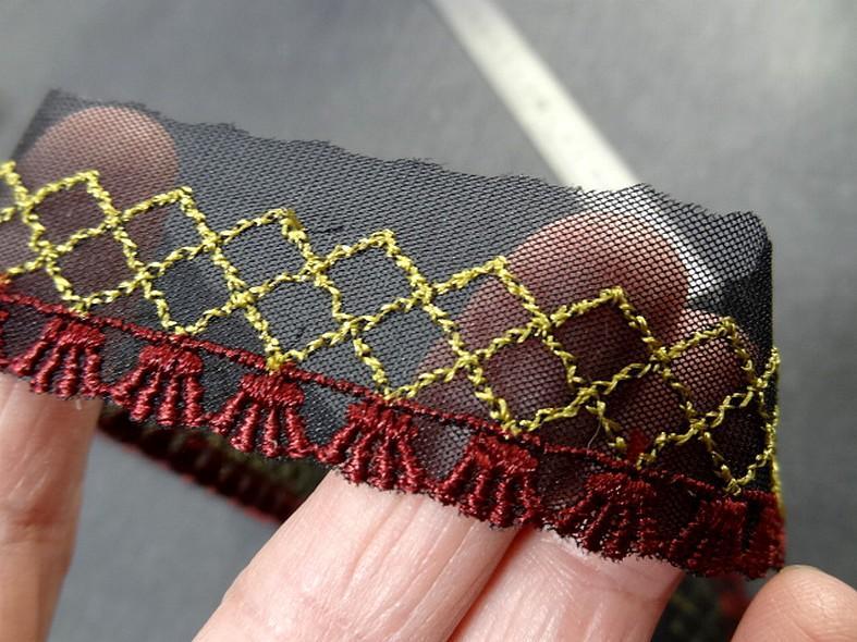 Galon bordure sur resille noire brodee bordeaux et vieil or 4