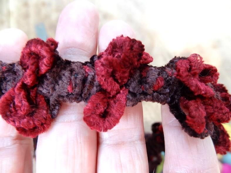Galon elastique velours chenille marron rouge pompons 3d 3