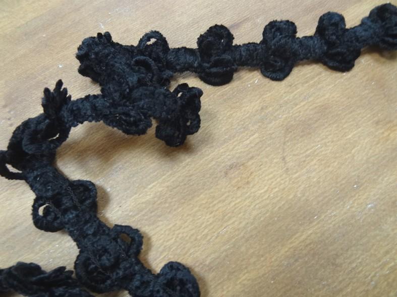 Galon elastique velours chenille noir pompons