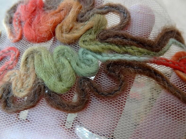 Galon flore laine feutree sur resille chair ocre 3