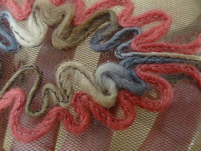 Galon flore laine feutree sur resille chatain 3