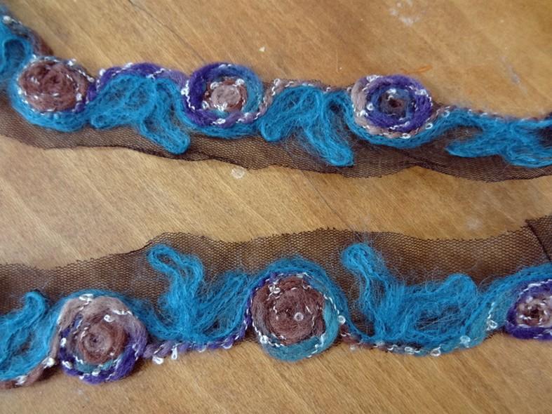 Galon laine feutree sur resille noire macaron bleu amethyste noisette