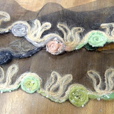 Galon laine feutree sur resille noire macaron saumon noisette et vert 3