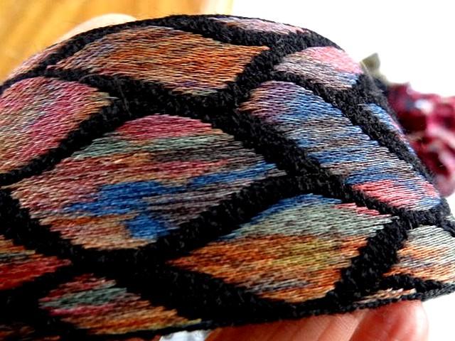 Galon noir feuillage multicolore 3
