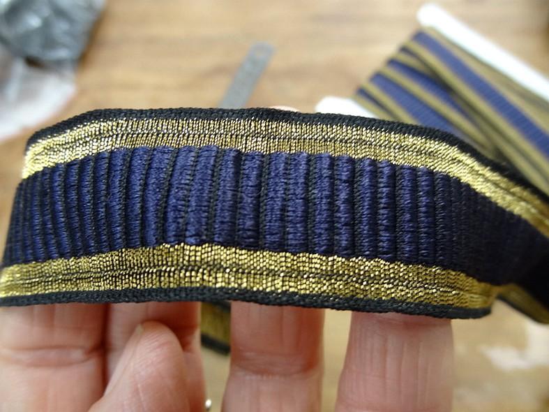 Galon type gros grain bleu indigo borde de lame vieil or 3