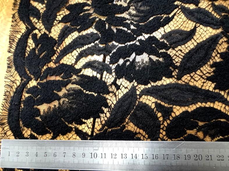 Guipure en laine et soie noire fleurs d hibiscus 2