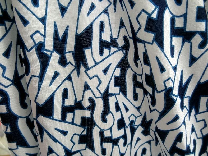 Jersey viscose motif lettrage majuscule bleu blanc 4
