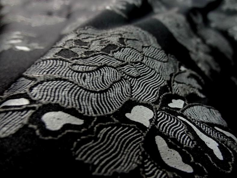 Lycra noir fin application motif roses grises en relief 3