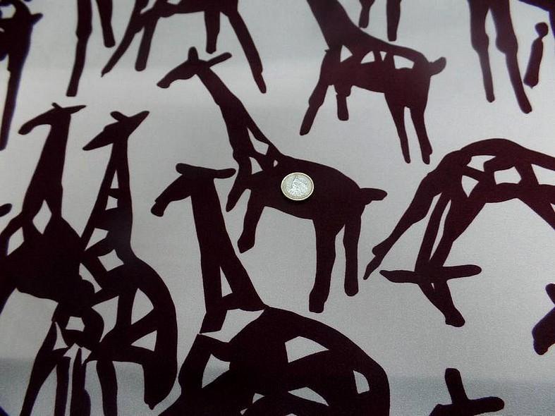 Lycra satin fond sable motif girafes stylisees bourgogne 3