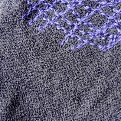 Maille laine et lin mousseuse aubergine brodee fil coton violet facon artisanale 7