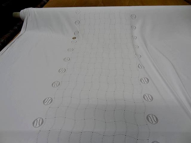 Maille lycra blanche motif central carreaux ondules 3