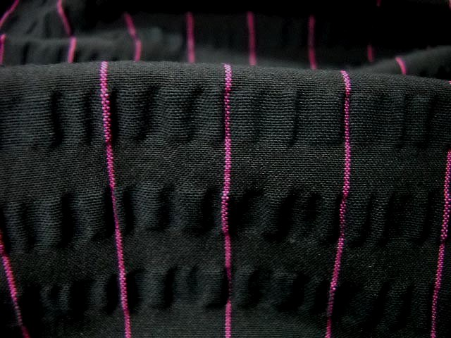 Maille stretch cloquee noire rayee fuchsia 2