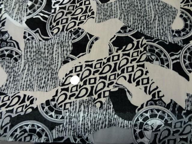 Mousseline blanche devoree velours motif celte noir et blanc 4