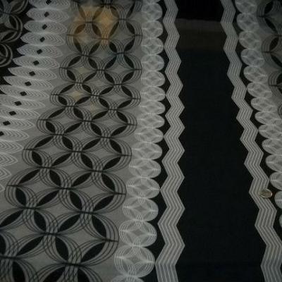 Mousseline crepon noire larges bandes motif orbes blanc gris 1