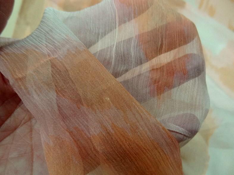 Mousseline de soie chiffon tachete tie and dye beige et saumon 3