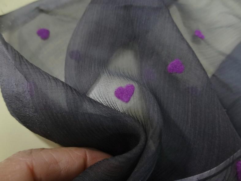 Mousseline de soie gris moyen coeurs magenta en applique 1