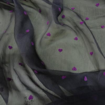 Mousseline de soie gris moyen coeurs magenta en applique 2
