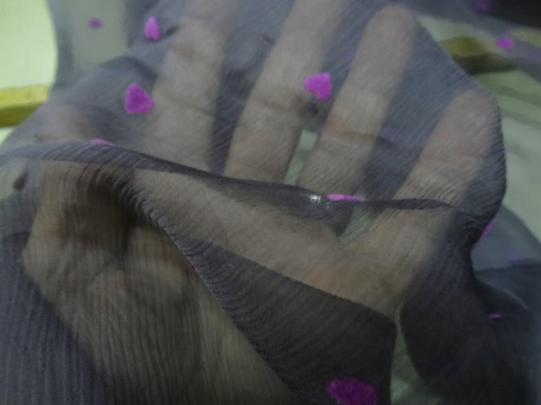 Mousseline de soie gris moyen coeurs magenta en applique 4