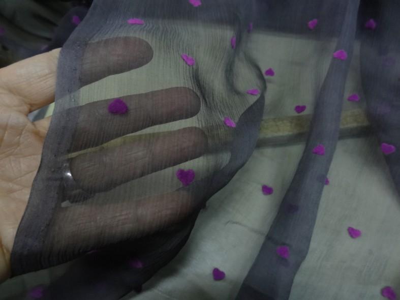 Mousseline de soie gris moyen coeurs magenta en applique 5