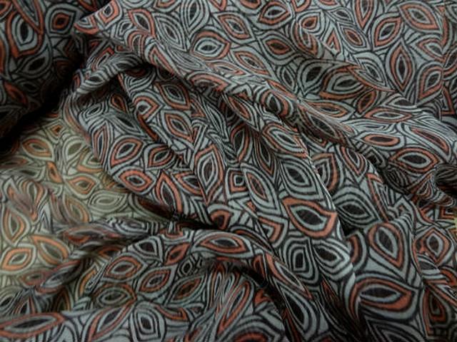 Mousseline de soie motif noyaux corail et taupe 2