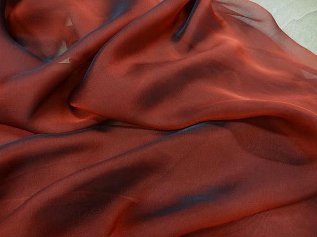 Mousseline de soie rouge cardinal et noir changeante 1