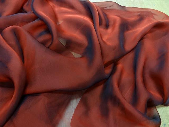 Mousseline de soie rouge cardinal et noir changeante 2