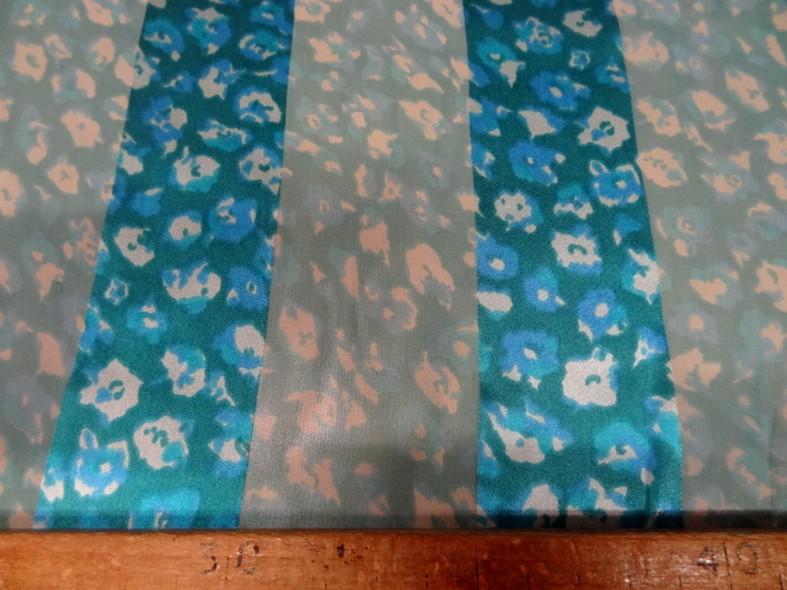 Mousseline de soie semi transparente rayee fleurie bleu celeste 4