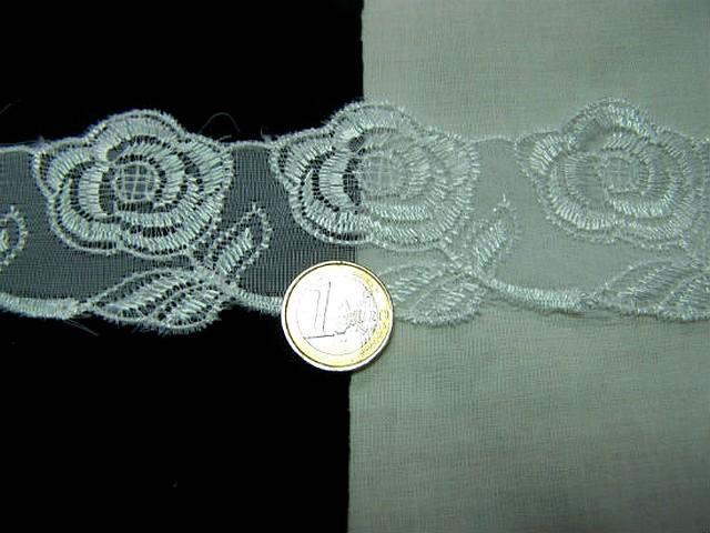 Mousseline dentelle brodee blanche motif bouton de rose 1
