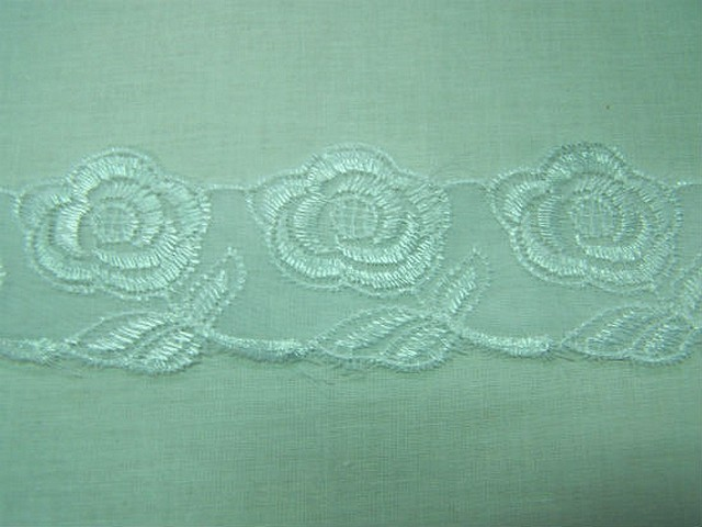 Mousseline dentelle brodee blanche motif bouton de rose 3