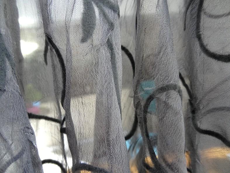 Mousseline froissee gris moyen avec applications de velours 3