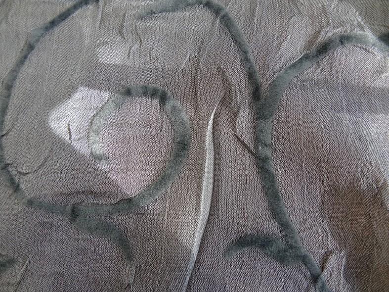 Mousseline froissee gris moyen avec applications de velours 4