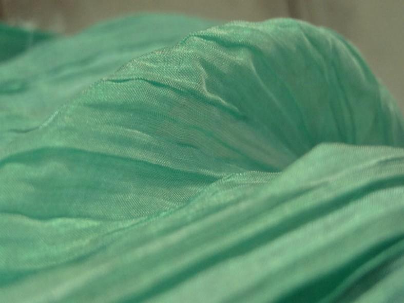 Mousseline ou voile plissee vert jade nacre 1