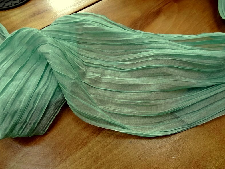 Mousseline ou voile plissee vert jade nacre 3