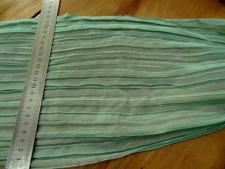 Mousseline ou voile plissee vert jade nacre 4