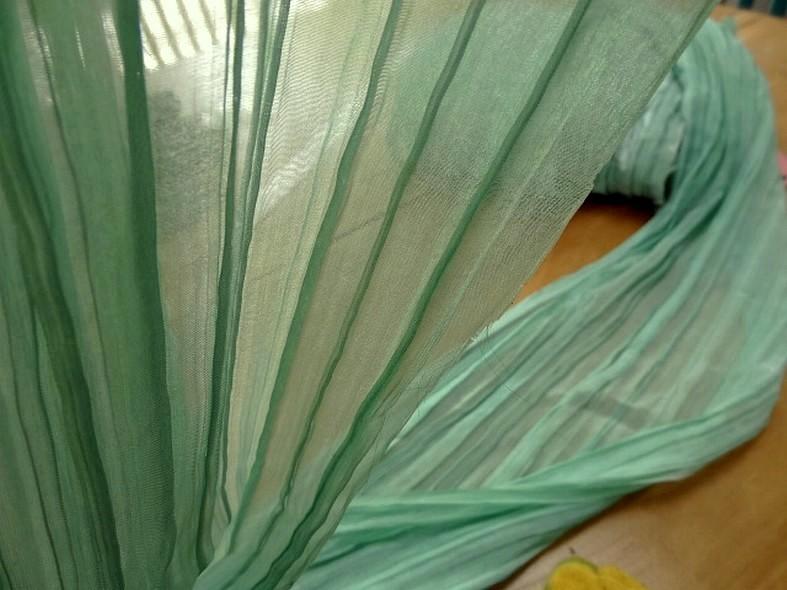 Mousseline ou voile plissee vert jade nacre 5