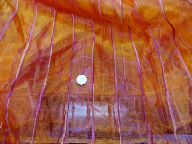 Organza brode bandes orangees reflets fushia 3