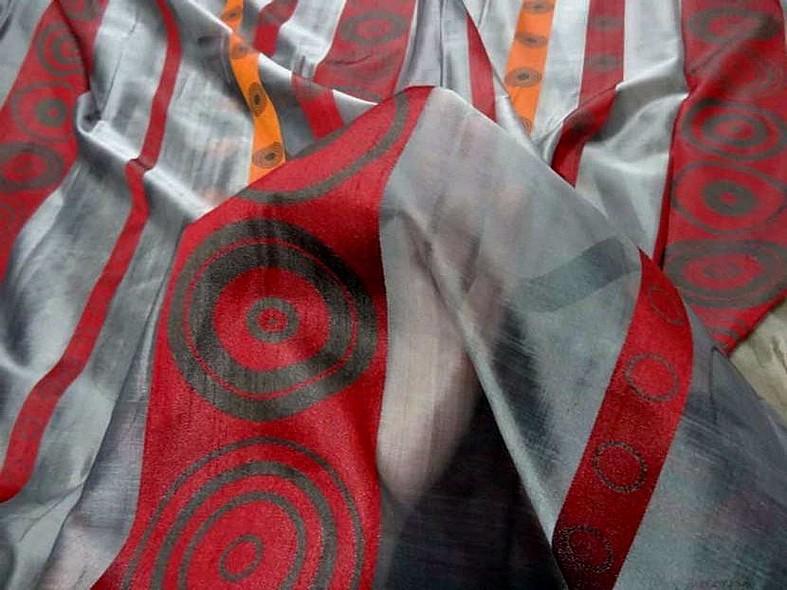 Organza gris motif frises rouge et orange 1