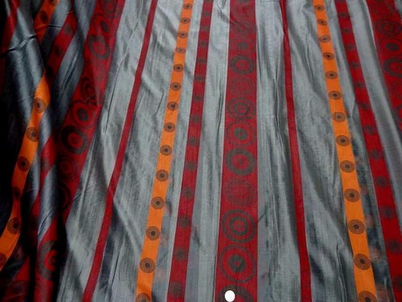 Organza gris motif frises rouge et orange 3
