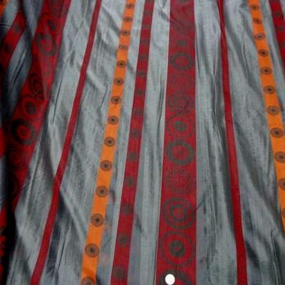 Organza gris motif frises rouge et orange 3