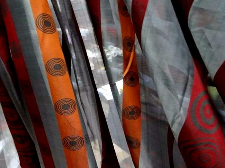Organza gris motif frises rouge et orange 4