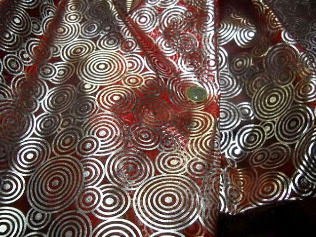 Organza rouge motifs circles metallises 2