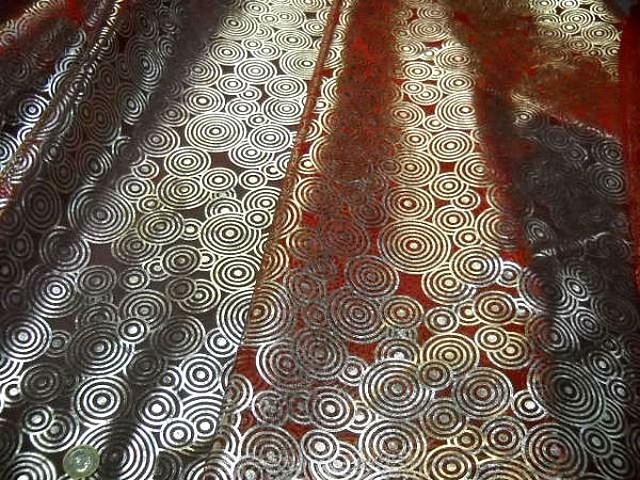 Organza rouge motifs circles metallises 3