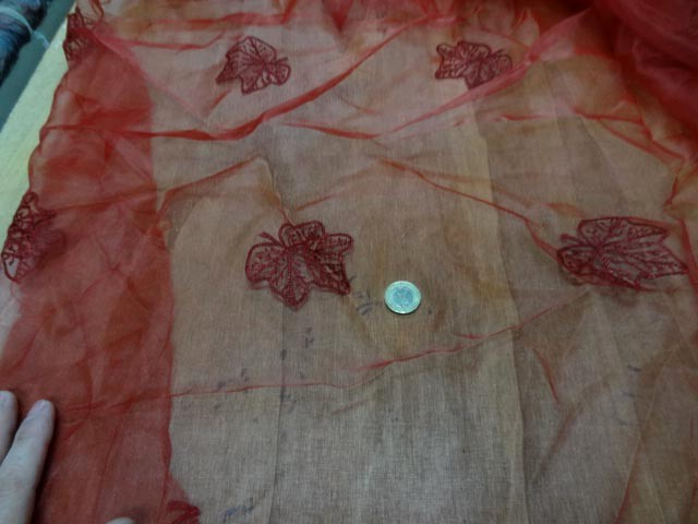 Organza rouge surbrode feuille 1
